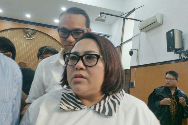 Komedian Nunung dan sang suamI July Jan Sambiran saat ditemui di Pengadilan Negeri Jakarta Selatan, Rabu (30/10/2019).