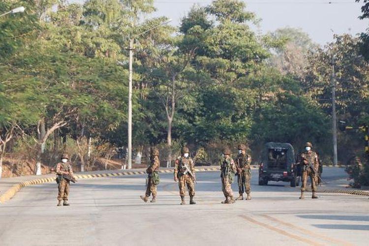 Anggota militer bersiaga dan berjaga di sejumlah check point di Myanmar (1/2/2021).