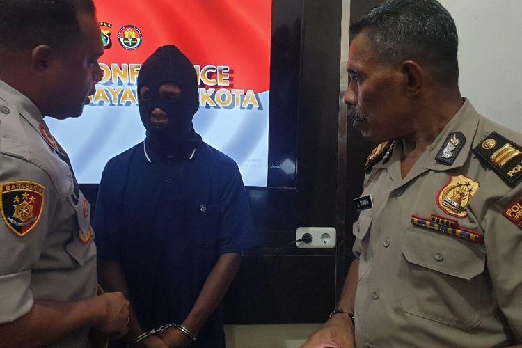 KapolrestaJayapura Kota AKBP Gustav Urbinas sedang menanyai AKD yang merupakan tersangka pembunuhan yang disertai pemerkosaan dan pencurian, Jayapura, Papua, Sabtu (29/02/2020)