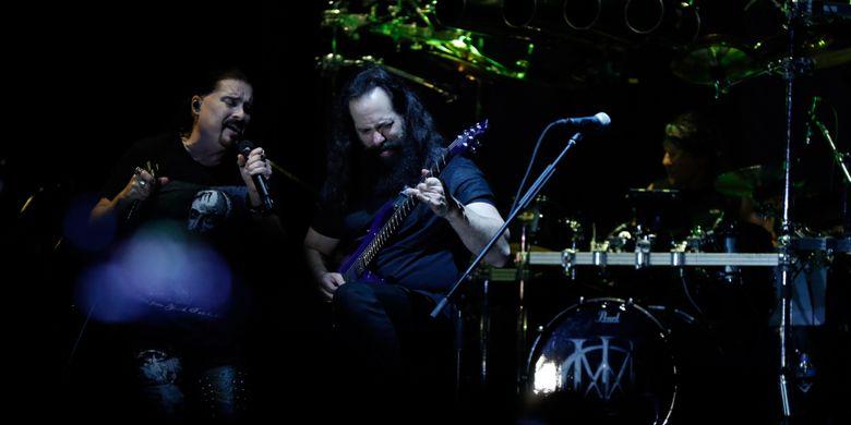 Band Dream Theater tampil di Festival Musik Rock JogjaRockarta di Stadion Kridosono, Yogyakarta, Jumat (29/9/2017). Jogjarockarta juga dimeriahkan band pembuka antara lain God Bless, Roxx, Power Metal, dan Death Vomit.