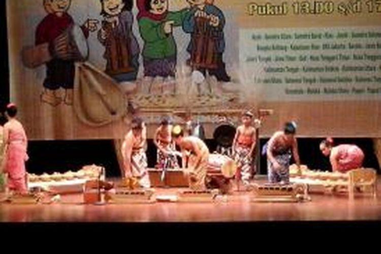 Peserta dari Jawa Tengah pada Festival Nasional Musik Tradisi Anak, Teater Kecil, Taman Ismail Marzuki, 19-21 Mei 2014.
