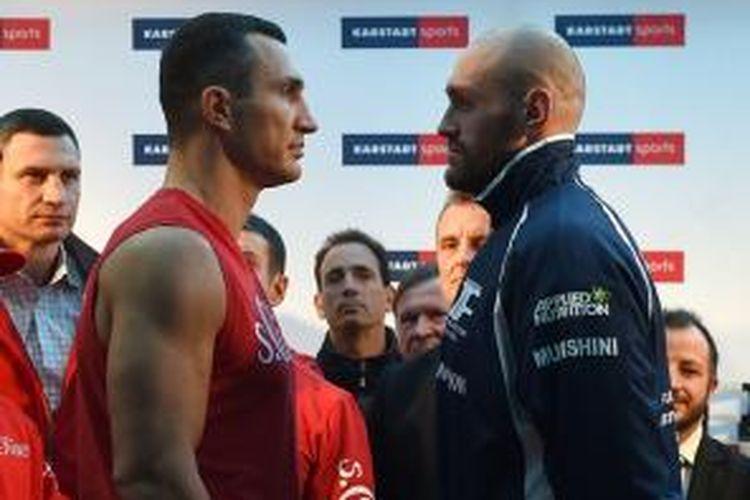Wladimir Klitschko dan Tyson Fury saat acara timbang badan. Keduanya akan bertarung di gelaran tinju kelas berat di Duesselforf, Sabtu (28/11/2015).