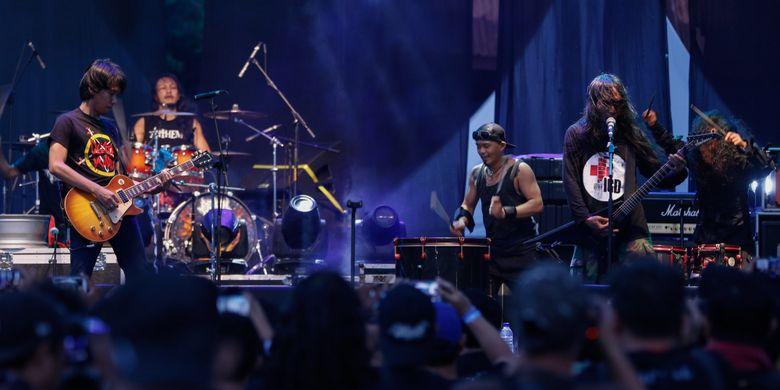 Band Death Vomit berkolaborasi dengan gitaris Sheila on 7, Eross Candra, di hari pertama Festival Musik Rock JogjaRockarta di Stadion Kridosono, Yogyakarta, Jumat (29/9/2017). Jogjarockarta menampilkan band utama Dream Theater serta dimeriahkan band pembuka antara lain God Bless, Roxx, Power Metal, dan Death Vomit.