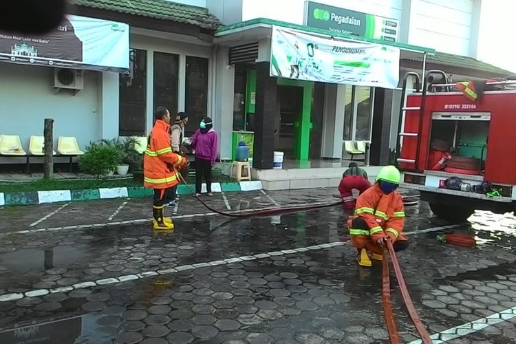 Pemadam kebakaran memadamkan api di kantor Pegadaian Cabang Salatiga Selatan.