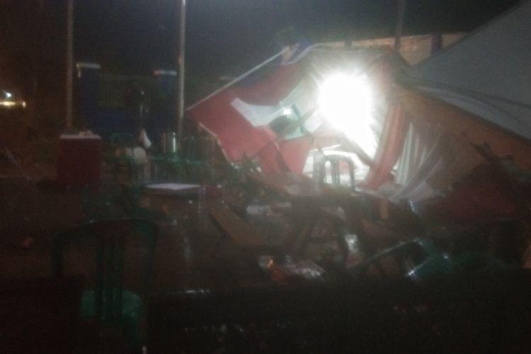 Pos Penyekatan Bundaran Kepuh, Jalan Lingkar Luar Karawang roboh disapu hujan deras dan angin kencang, Sabtu (8/5/2021) malam.