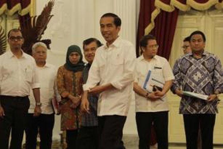 Presiden Joko Widodo didampingi Wakil Presiden Jusuf Kalla dan sejumlah menteri Kabinet Kerja mengumumkan kenaikan harga bahan bakar minyak, di Istana Merdeka, Senin (17/11/2014).