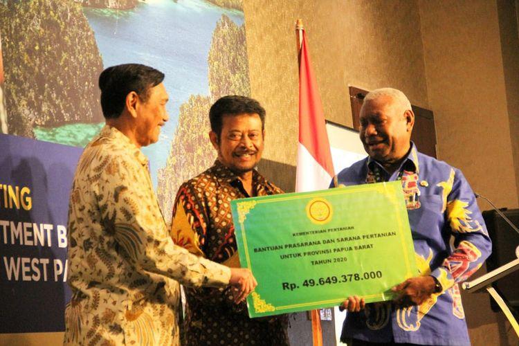 Menteri Luhut dan Menteri Syahrul menyerahkan bantuan untuk Papua Barat senilai Rp 49,6 miliar yang diterima Gubernur Dominggus Mandacan.