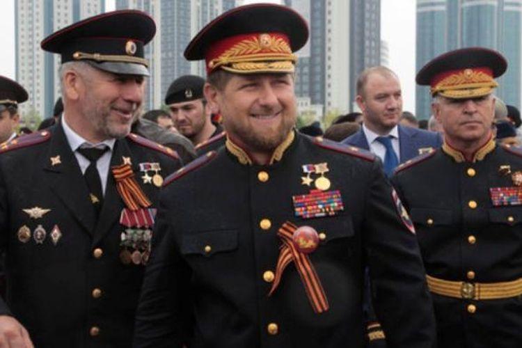 Pemimpin Chechnya Ramzan Kadyrov (tengah) dalam balutan seragam militer Rusia.