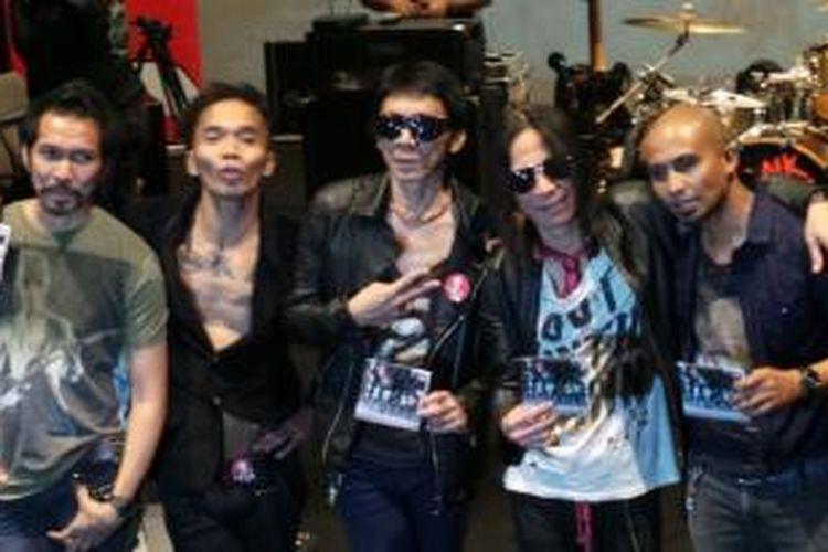 Slank, yang terdiri dari (dari kiri ke kanan) Ridho, Kaka, Bimbim, Abdee, dan Ivanka, meluncurkan album Nggak Ada Matinya, di Jakarta pada Kamis (31/10/2013).