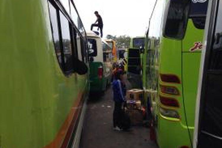 Bus Ngetem Pemudik Menunggu Tanpa Kepastian Di Terminal
