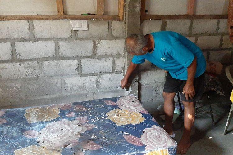 Kakek Korban Farhan, Zamari Menunjukkan Gawai dan Tembok kamar Cucunya Jumat (21/2/2020)