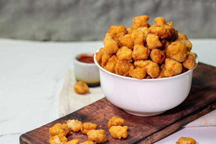 Ilustrasi ayam goreng tepung atau ayam popcorn.