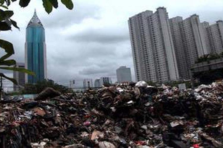 Tumpukan sampah sisa banjir di tempat penampungan sementara yang berada di pinggir Jalan Karet Pasar Baru Barat, Jakarta Pusat, Kamis (24/1/2013). Musim banjir kali ini, tempat tersebut menampung sampah banjir sedikitnya 60 truk berbagai ukuran dari 3 kelurahan yang terkena bencana banjir.