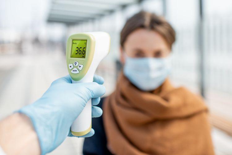 Ilustrasi pengukuran suhu tubuh dengan termometer inframerah atau thermo gun untuk cegah penularan virus corona penyebab Covid-19.