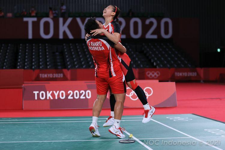 Ganda putri Indonesia Greysia Polii/Apriyani Rahayu saat merayakan kemenangan atas wakil Korea Selatan Lee So-hee/Shin Seung-chan pada semifinal badminton Olimpiade Tokyo 2020 di   Musashino Forest Plaza, Sabtu (31/7/2021).