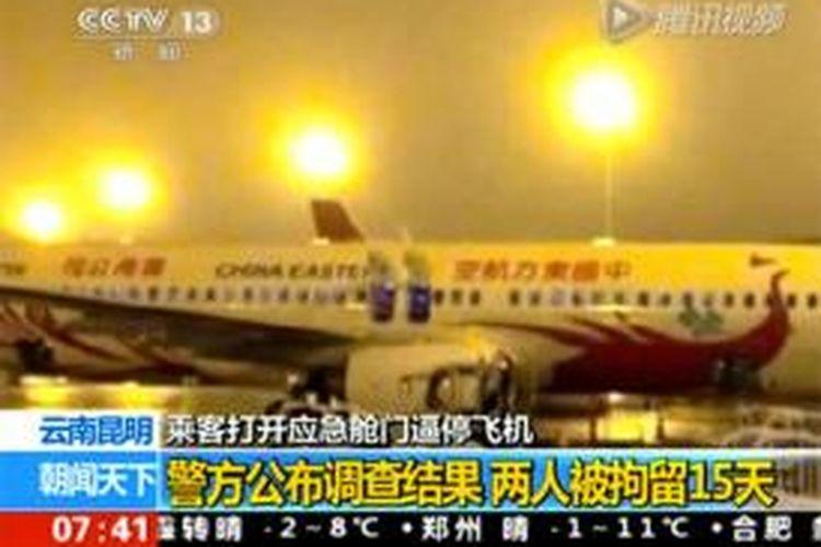 Dalam foto yang diambil dari siaran berita stasiun televisi CCTV terlihat dua pintu darurat sebuah pesawat milik maskapai China Eastern Airlines terbuka sesaat sebelum penerbangan dari Kunming menuju ke Beijing.