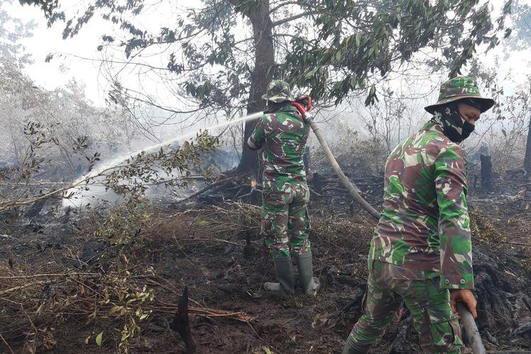 Pasukan Kostrad melakukan pemadaman karhutla di Kelurahan Teluk Makmur, Kecamatan Medang Kampai, Kota Dumai, Riau, Senin (1/4/2019).