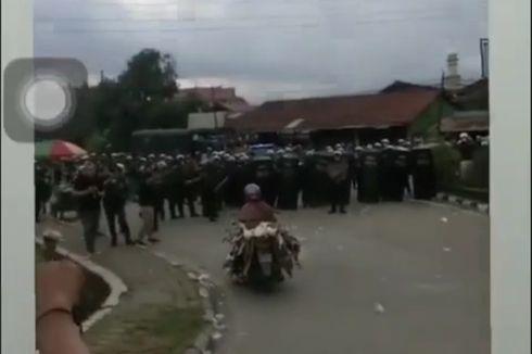 Demo Memanas, Emak-emak Naik Motor Bawa Bebek Terobos Barikade, Polisi: Mana Bisa Kita Tahan