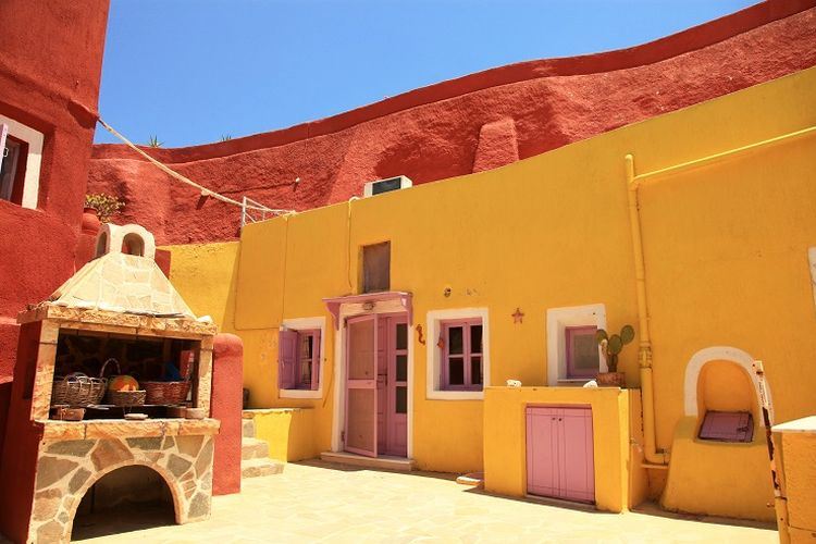 Ilustrasi Yunani - Sebuah rumah dengan cat warna-warni di Desa Megalochori.