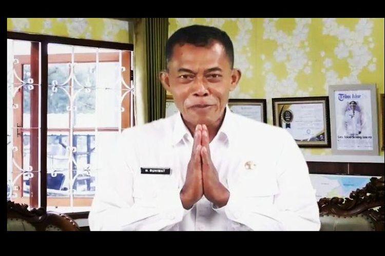 Bupati Subang Ruhimat atau akrab disapa Kang Jimat meminta maaf atas insiden penusukan seniman jalanan yang dilakukan oknum Satpol PP melalui video conference, Rabu (3/2/2021). Dalam viceo ini, dia minta pelaku disanksi tegas.