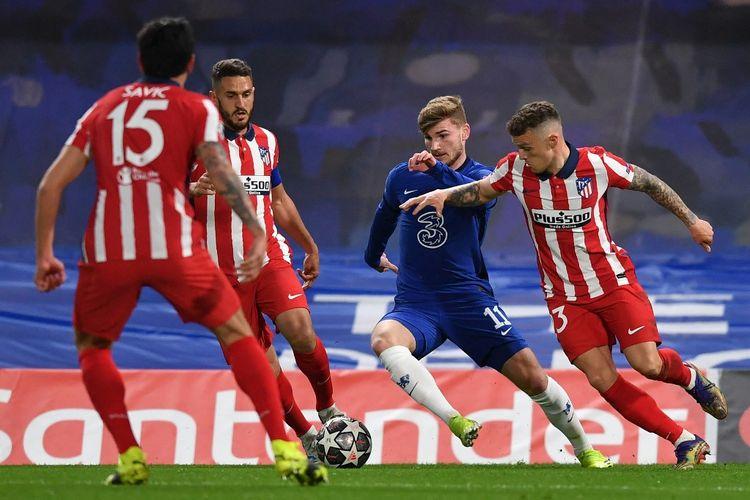 Timo Werner (tengah) dalam pertandingan Chelsea vs Atletico Madrid pada leg kedua 16 besar Liga Champions 2020-2021 di Stadion Stamford Bridge, Kamis (18/3/2021) dini hari WIB.