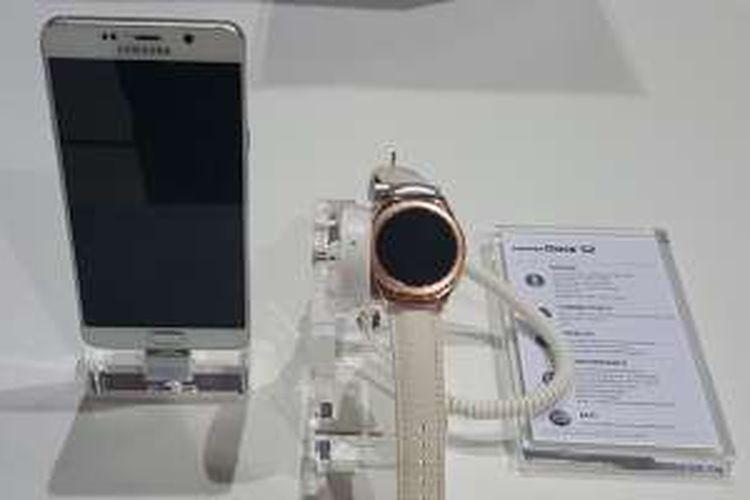 Arloji pintar Samsung Gear S2 dan sebuah smartphone pendamping dalam acara Samsung Forum 2016 di Kuala Lumpur, Malaysia, Senin (2/2/2016).