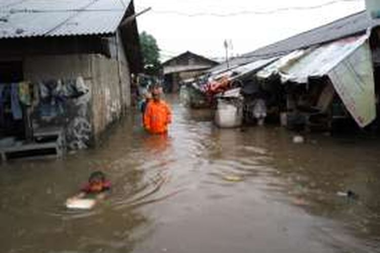 Kondisi banjir di Jalan Ibrahim, Duren Tiga, Pancoran, Jakarta Selatan, Minggu (14/2/2016).