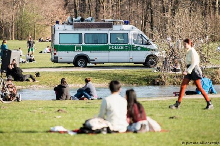 Anak muda di Jerman yang tidak patuh aturan social distancing diprediksi menjadi penyebab penularan virus corona yang merebak luas di Jerman.