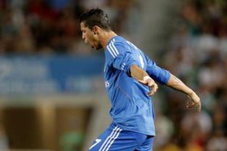 Gelandang Real Madrid Cristano Ronaldo merayakan gol pertamanya (dari dua) ke gawang Elche, pada pertandingan Liga BBVA, di Stadion Manuel Martinez Valero, Rabu (25/9/2013).