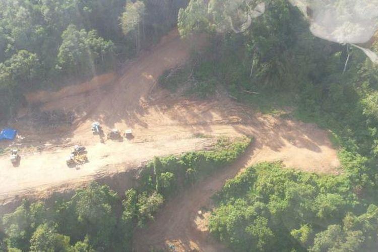 Gambaran kondisi terkini pembangunan jalan darat Mensalong-Tou Lumbis. Jalan itu termasuk penghubung Kalimantan Utara (Kaltara) dengan perbatasan Sabah, Malaysia. Foto diambil Rabu (28/10/2015).