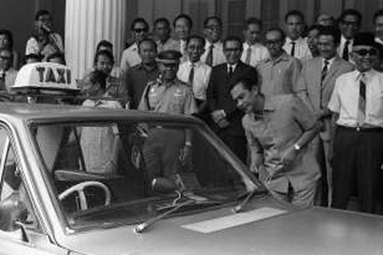 Taksi memiliki sejarah panjang di Jakarta. Akar persoalannya terletak pada kurangnya jumlah bus yang melayani penduduk Jakarta. Peresmian pengoperasian taksi sering menjadi acara seremonial, misalnya saat sekitar 1,5 jam pidato empat pejabat yang ikut menandai pengoperasian 125 taksi di Jakarta, termasuk Gubernur Ali Sadikin di Balai Kota Jakarta. Foto diambil pada 21 Februari 1972.