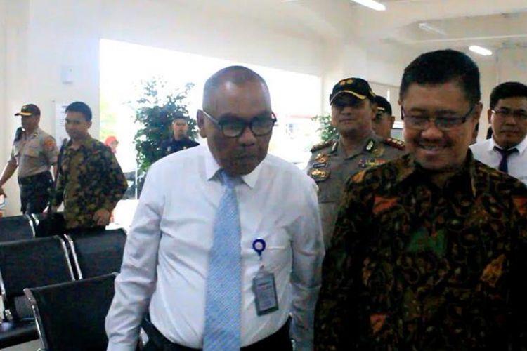 Ketua Komisi Yudisial, Aidul Fitriciada Azhari (baju batik), datang ke Rumah Sakit Siloam Buton di Kota Baubau.