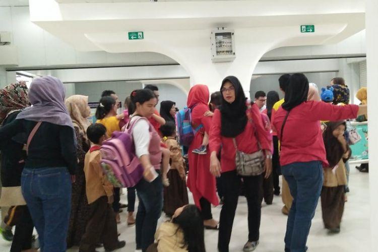 Para penumpang LRT di stasiun Bumi Sriwijaya menunggu kedatangan kereta, lantaran jadwal keberangkatan ditunda akibat LRT mogok akibat gangguan sinyal, Jumat (10/8/2018)