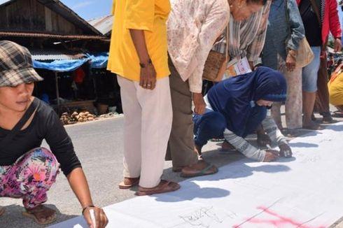 Massa Tanda Tangani Petisi Tolak Pencalonan Tunggal Pilkada Buton