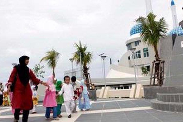 Sejumlah siswa Taman Kanak-Kanak Smart School berwisata studi ke anjungan baru Pantai Losari, Kota Makassar, Sulawesi Selatan, Jumat (25/1/2013). Pemerintah Pusat dan Pemerintah Kota Makassar mengalokasikan dana Rp 35 miliar untuk merevitalisasi ruang publik yang sudah ada sejak tahun 2006 itu.