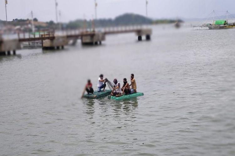 Warga saat berusaha melakukan evakuasi mayat tanpa identintas yang ditemukan mengapung di Pelabuhan Sape, Kabupaten Bima.