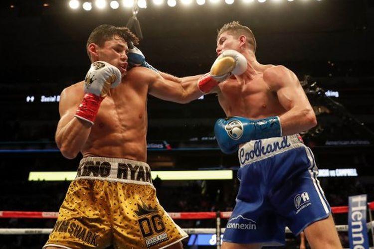 Ryan Garcia (kiri) saat menghadapi Luke Campbell (kanan) dalam duel perebutan sabuk juara interim lightweight atau kelas ringan WBC di American Airlines Center, Minggu (3/1/2021) pagi WIB.