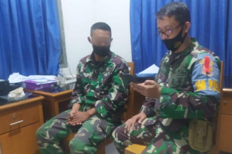 RY diinterogasi anggota TNI AL di Posal Palabuhanratu, Sukabumi, Jawa Barat, Minggu (3/1/2021).