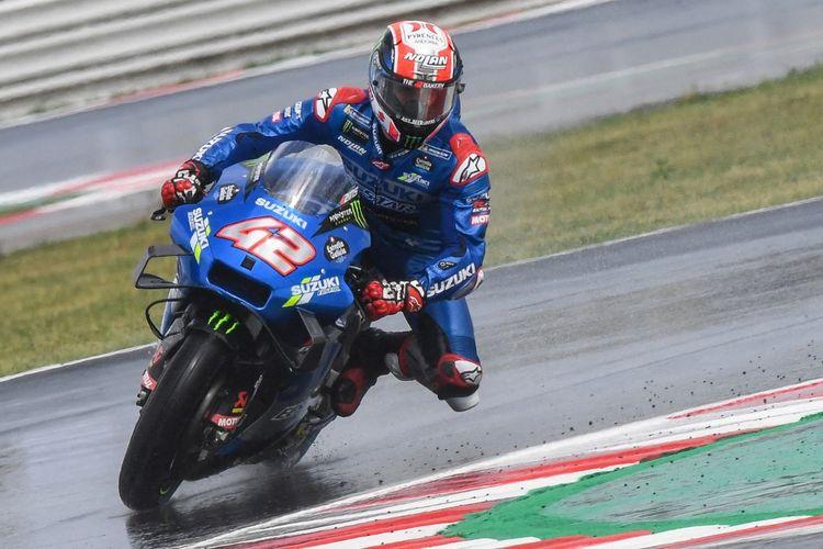 Alex Rins saat berlaga pada MotoGP San Marino 2021. (Photo by ANDREAS SOLARO / AFP)