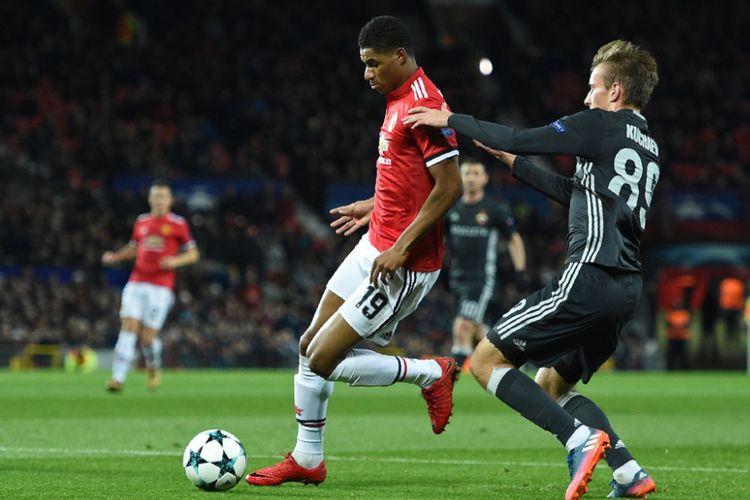 Gelandang CSKA Moskva, Konstantin Kuchayev, mengawal ketat penyerang Manchester United, Marcus Rashford, pada pertandingan Liga Champions di Old Trafford, Selasa (5/12/2017).