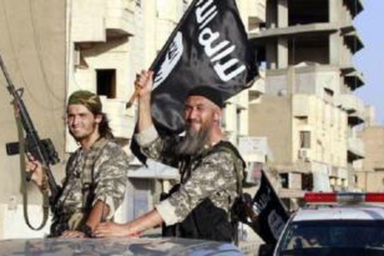 Militan ISIS melakukan parade di Raqqa, Suriah utara