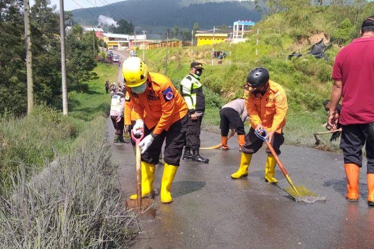 BPBD Banjarnegara mulai bersihkan jalan dari lumpur sisa erupsi Kawah Sileri, Jumat (30/4/2021).
