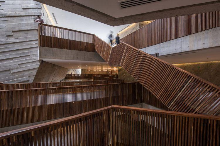 Jalan menuju ruang pertunjukan ini didesain dengan bentuk yang tak biasa.