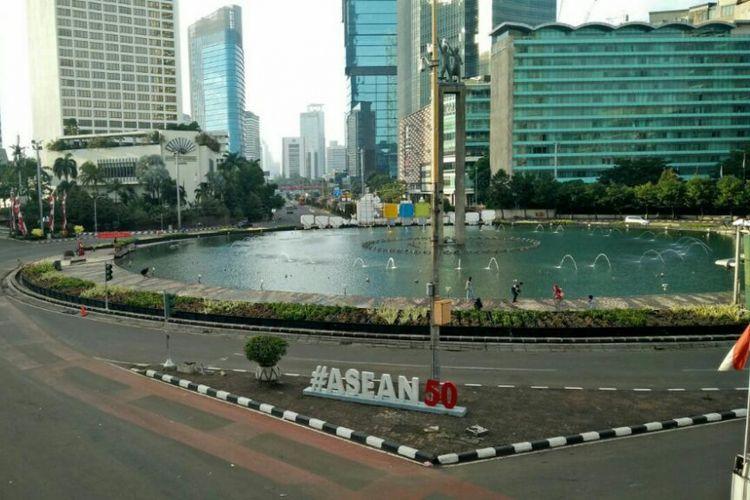 Kondisi jalan di Bundaran HI, Jakarta Pusat yang masih lengang dari kendaraan.