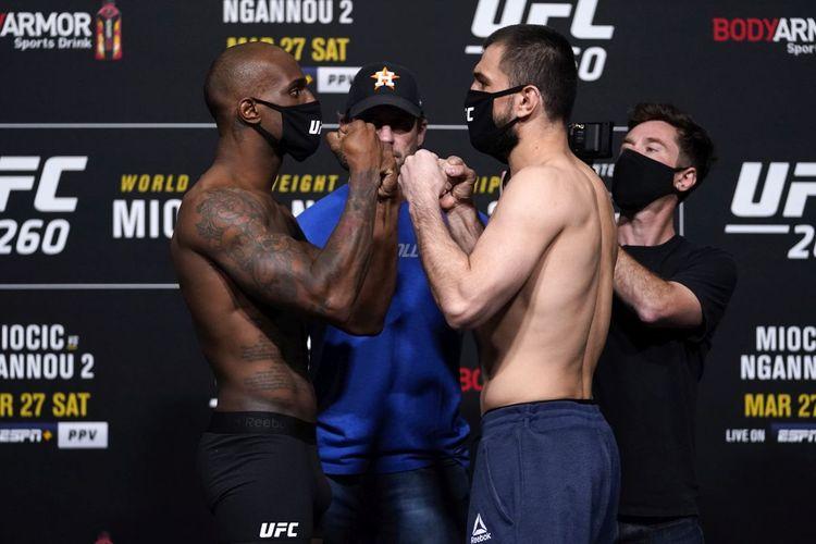 Abubakar Nurmagomedov (kanan) saat berhadapan dengan Jared Gooden pada sesi timbang badan UFC 260 di UFC Apex, Jumat (26/3/2021). Abubakar akhirnya memenangi pertarungan tiga ronde tersebut dengan keputusan mutlak.