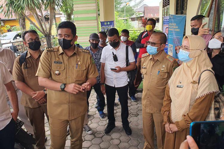 Wali Kota Medan, Bobby Nasution menemukan adanya oknum kepala lingkungan yang melakukan pungli saat sidak di Kantor Lurah Harjo Sari II, Kecamatan Medan Ampla, Medan, Selasa (18/5/2021). (KOMPAS.com/DANIEL PEKUWALI)
