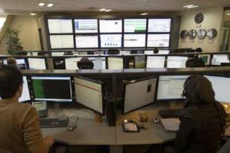 Para teknisi memantau data di ruang kontrol penyedia layanan internet di Teheran.