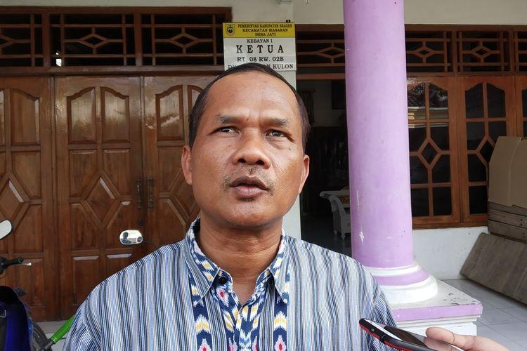 Ketua RT setempat, Rusmanto yang ikut menyaksikan penggeledahan rumah suami istri terduga teroris Desa Jati, Kecamatan Masar, Kabupaten Sragen, Jawa Tengah, Rabu (16/10/2019).