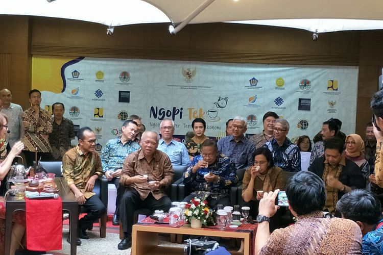 Para menteri meminum teh saat kumpul di Kantor Kemenko Perekonomian, Jakarta, Jumat (18/10/2019)