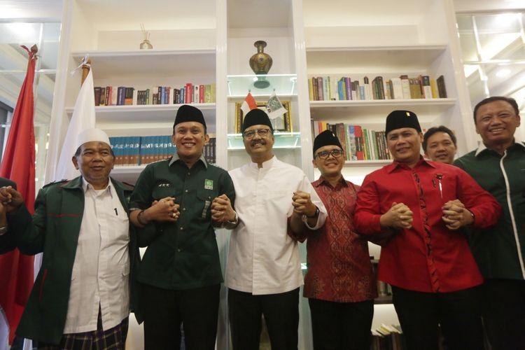Calon Gubernur Jawa Timur Saifullah Yusuf (ketiga kiri) bersama Calon Wakil Gubernur Jawa Timur Abdullah Azwar Anas (ketiga kanan) didampingi Sekjen DPP PKB Abdul Kadir Karding (kedua kiri) dan Wasekjen PDIP Ahmad Basarah (kedua kanan) dan Dewan Syuro PKB KH Ghofur (kiiri) saat konferensi pers di Kantor DPP PKB, Jakarta, Minggu (15/10/2017). PKB bersama PDIP resmi mengusung Saifullah Yusuf dan Azwar Anas pada Pilkada Jawa Timur 2018. ANTARA FOTO/Reno Esnir/aww/17.